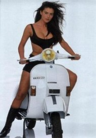 monica_bellucci_posing_on_a_vespa