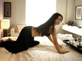 monica_bellucci_reaching_for_coffee_on_the_bed