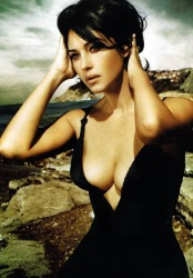 monica_bellucci_sitting_on_rocks_2