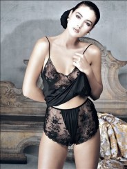 monica_bellucci_young_in_lingerie_3