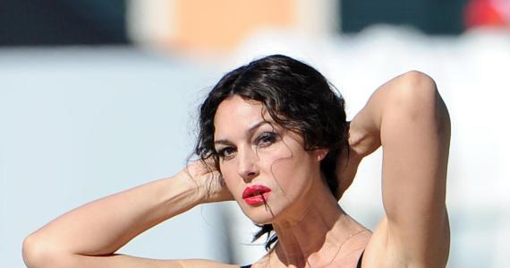 monica_belucci_tying_back_hair