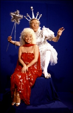 barbara_windsor_and_kenneth_williams_in_carry_on_laughing's_christmas_crackers_1983