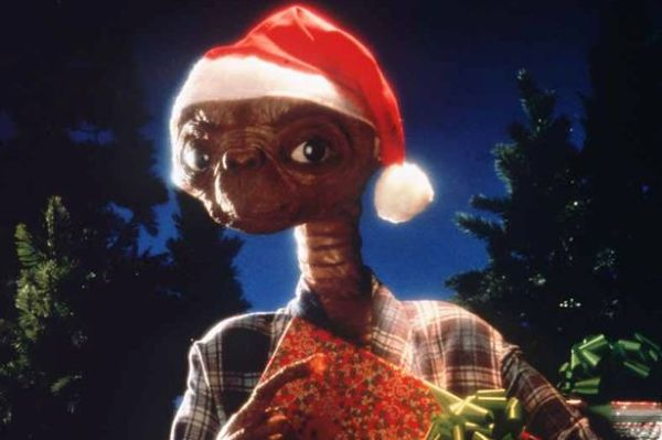 e._t._the_extra-terrestrial_wearing_a_santa_hat_and_with_presents