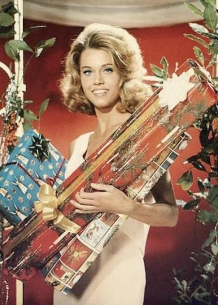 jane_fonda_with_giant_christmas_crackers