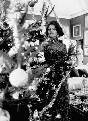 sophia_loren_with_a_christmas_tree