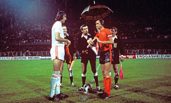 euro_'76_referee_clive_thomas_holds_umbrella_over_johan_cruyff_with_anton_ondruš_czechoslovakia_vs_netherlands