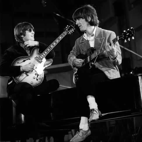 revolver_john_lennon_and_george_harrison_sitting_on_his_piano