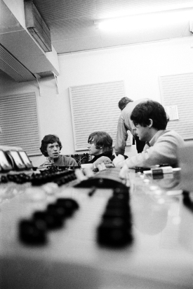 revolver_mick_jagger_in_the_studio_with_john_lennon_and_pauk_mccartney