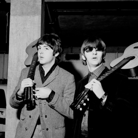 revolver_paul_mccartney_and_ringo_starr_with_acoustic_guitars
